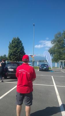 """Team 136 nennt sich """"Team Pilatus"""" - passend zur Silhouette auf dem roten Poloshirt die Bergkette im Hintergrund..."""