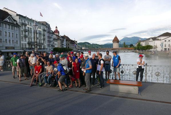 Einige von uns gehen durch Luzern.