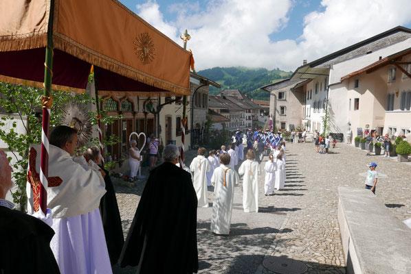 ... Prozessionszug mit Hostie in Monstranz