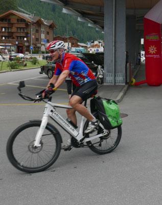 """Einer vom Team """"Superman/Superwoman"""": Beat Strickler bei der Ankunft in Täsch, kurz vor Zermatt."""