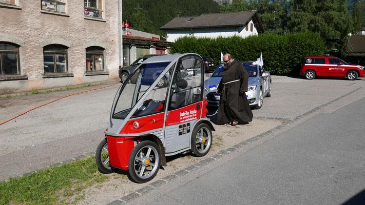 .. mit seinem Pater-Mobil und Tesla.
