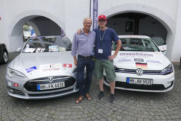 Zwei Hamburger mit ihren Elektros: Paul mit Tesla (links) und Swen mit Golf