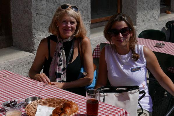 Geraldine Waldecker (rechts) beim Stop kurz vor Gstaad.