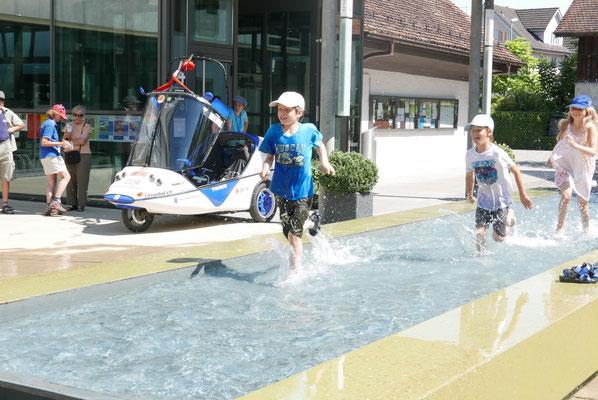 Hitze in Baar: Kinder erfrischen sich spielend...