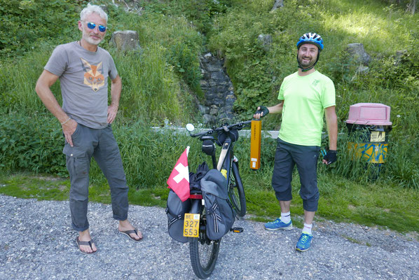 Dei wahren Helden der WAVE: Die 1400 km mit dem E-Fahrrad. Und dem Support-Helfer, der die Akkus ersetzen kann.