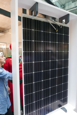 """Super-Cop und Samira begutachten """"Meyer Burger"""" Solarpaneele.."""