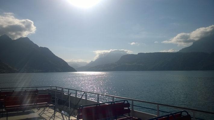 ... mit der Fähre entlang des Blicks in Richtung des Rüetlis, der legendären Wiese, auf der man den Rüetlil-Schwur gab und damit die Schweiz gründete. Der Legende nach...