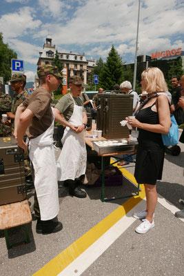Die Koch-Lehrlinge vom Schweizer Militär verteilen köstliches Dessert. Alles selbstgemacht. Für uns.