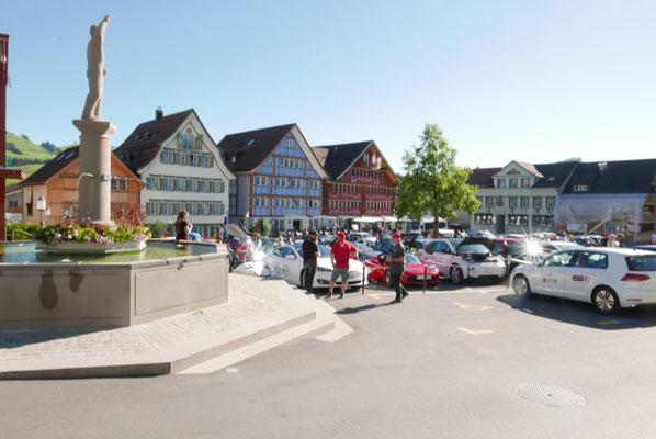 """Landsgemeindeplatz von Appenzell - mit unseren Elektros und """"einsamer"""" Statue..."""