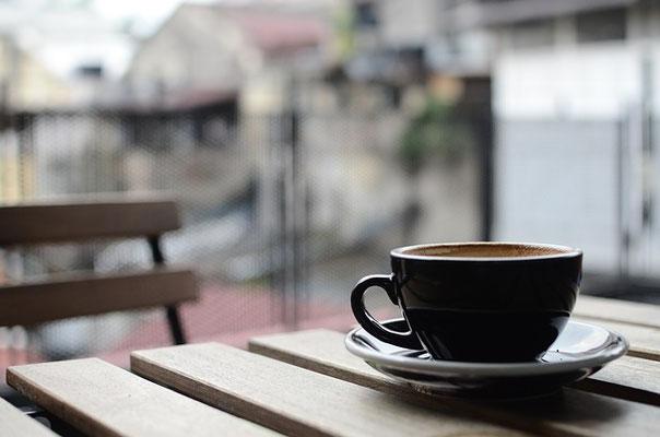 boire-un-cafe-au-bord-de-l-eau