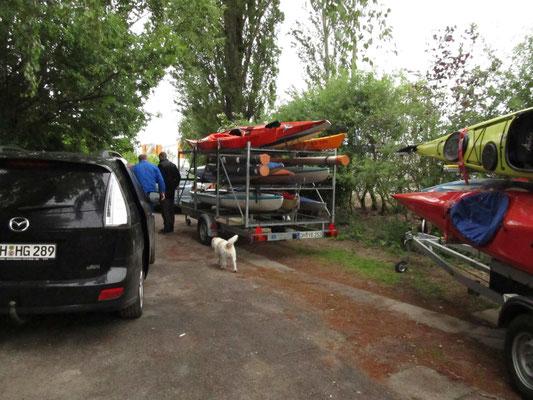 Die Boote werden verladen und kommen bei den Wiking Seglern unter.