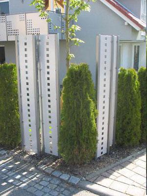 Stelen aus Metall - Sichtschutz einzeln angeordnet