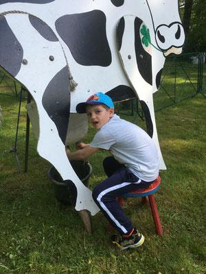 Kinder können Kühe melken