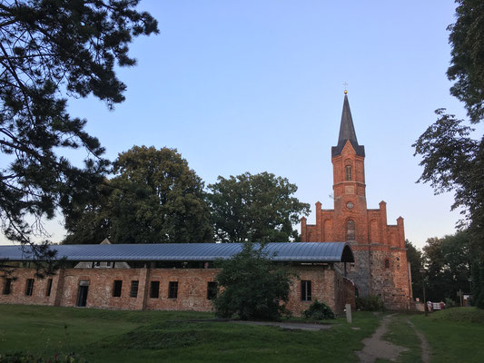 die Klosterruine und die Klosterkirche in Altfriedland