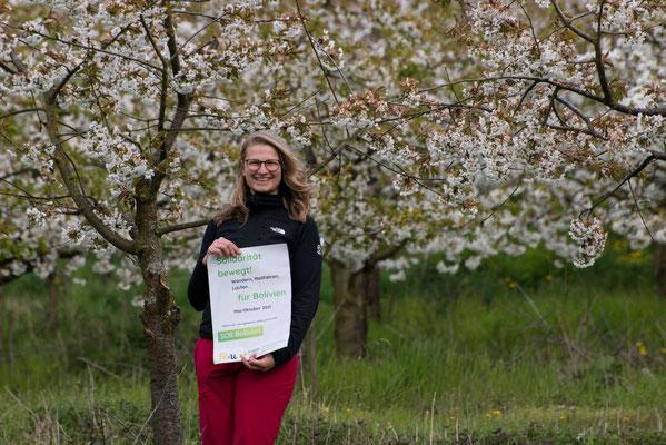 Pastoralreferentin Elisabeth Zenner unterwegs am Blütenwanderweg