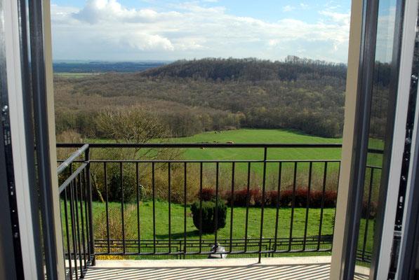 Vue sur le département de la Meuse à partir d'une chambre d'hôtel de l'Hostellerie de l'Abbaye