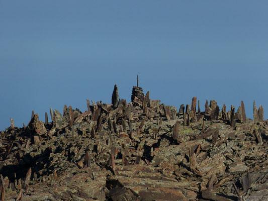 Cairns au sommet du col des rochers rouges