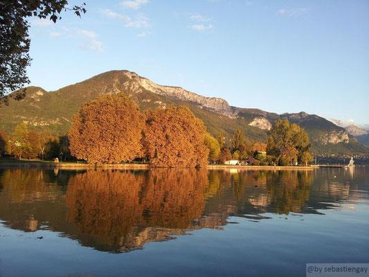 Reflet d'automne sur lel lac d'Annecy