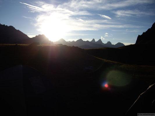 Coucher de soleil sur les aiguilles d'Arves depuis le lac des Cerces
