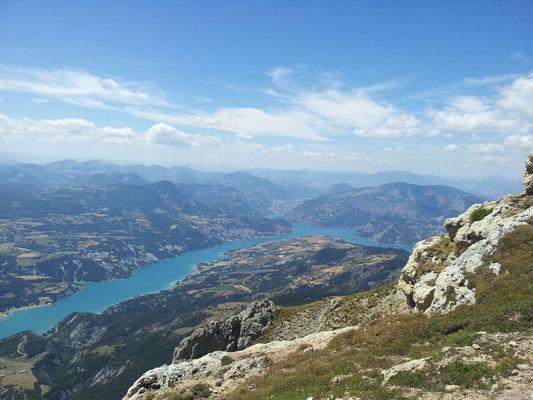 Vue sur le lac de Serre-Ponçon depuis le pic du Morgon