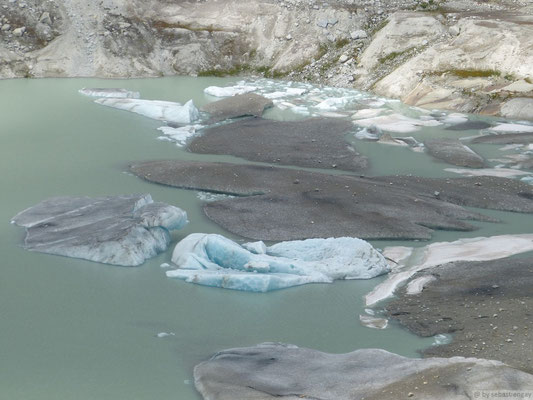 Les Icebergs sur le lac glacière du glacier du Rhône