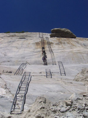 Les échelles pour descendre à la mer de glace
