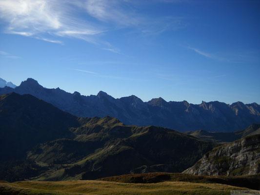 Chaîne des Aravis depuis le lac de Peyre, en été