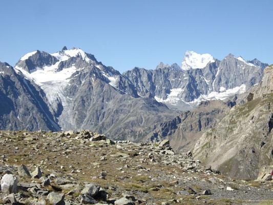 Vue depuis le col du Chardonnet (2638m.) avec la barre des Ecrins  au fond