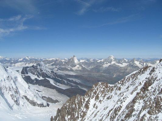 Magnifique vue depuis le sommet du Zumstein (au fond le Cervin)