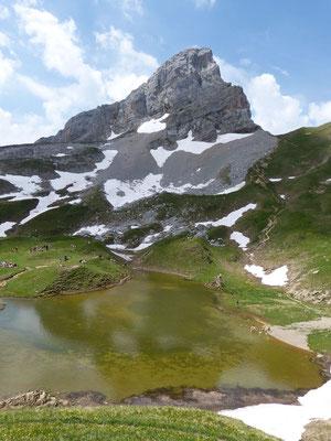 Lac de Peyre et la pointe blanche au fond