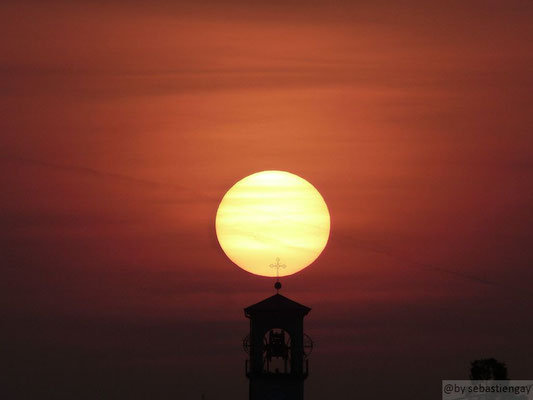 Lever de soleil dans la plaine du Pô (Italie du nord) au mois d'avril