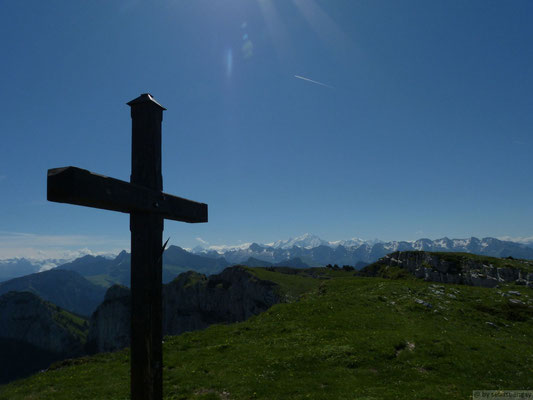 Croix sommitale avec le mt blanc au fond