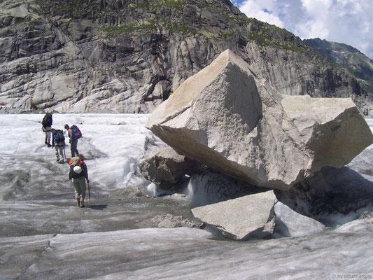 Gros rocher sur la mer de glace