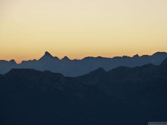 Lever de soleil sur la chaîne des Aravais depuis le Semnoz fin juillet