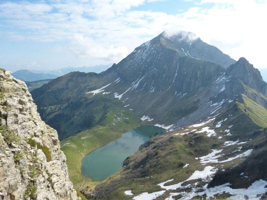 Lac de Lessy en bas et le Jalouvre en face