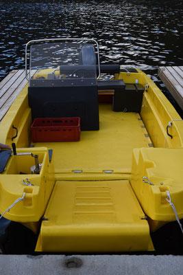 Yellow boat with 40HP motor and steeringconsole -accessable with wheelchair - Gelbes boot mit 40PS Motor und Steuerkonsole - Spezialboot für Rollstuhlfahrer