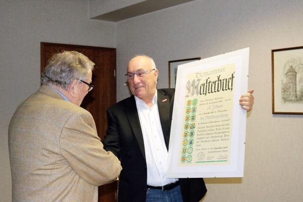 Obermeister Horst Heinze überreicht den Diamantenen Meisterbrief