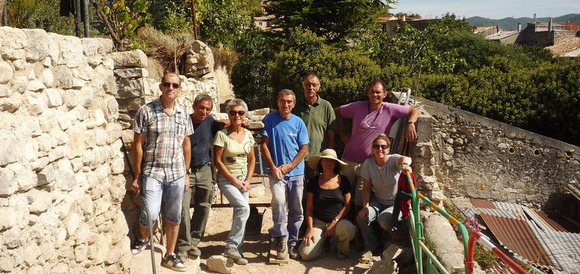 L'équipe de bénévoles savoure la fin de chantier du Champ de Gau - Peyruis (04)