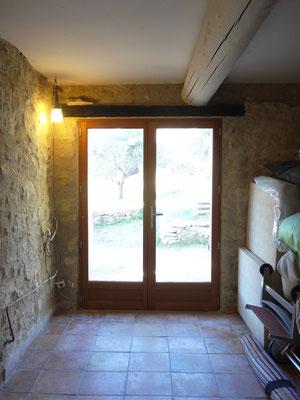 Vue depuis l'intérieur, porte-fenêtre fermée