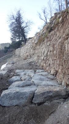 Ces pierres d'enrochement sont disposées avec sous forme de calade dont certaines sont ancrées sur champ.