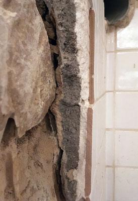 """On distingue bien les couches successives """"carreaux/colle/enduit cimenté"""" qui ont empêchés toute perspirance du mur entre l'extérieur et l'intérieur du bâti"""