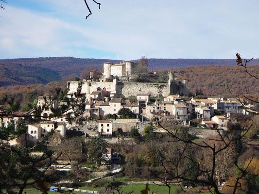 Vue du village de Mane et de sa citadelle du XIème siècle, unique fortification complète de toute la Haute-Provence. Elle est défendue par une double enceinte en hélice qui enserrent la colline de Mane.