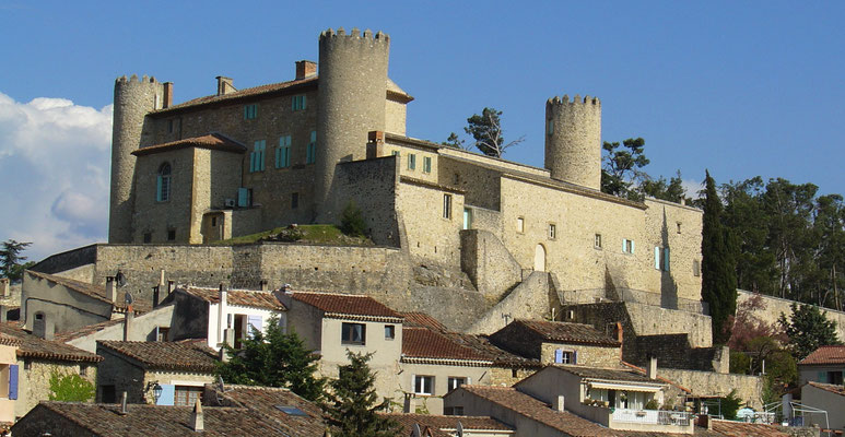 Le château de Mirabeau surplombe le village depuis le XIIème siècle