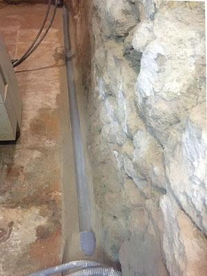 Le système d'évacuation diffère des autres pièces puisque c'est un tube PVC de 50 mm coupé en deux qui se charge de recueillir les eaux de ruissellement