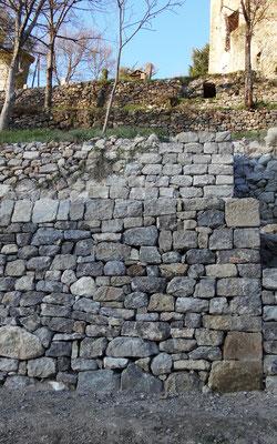 L'escalier surplombe le mur de restanque qui a été également repris par Luberon Patrimoine