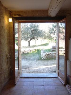 Vue depuis l'intérieur, porte-fenêtre ouverte