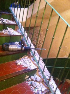 Intervention sur périphérie de limon d'un escalier  de parties communes d'un immeuble à  Manosque (vue pendant piquage)