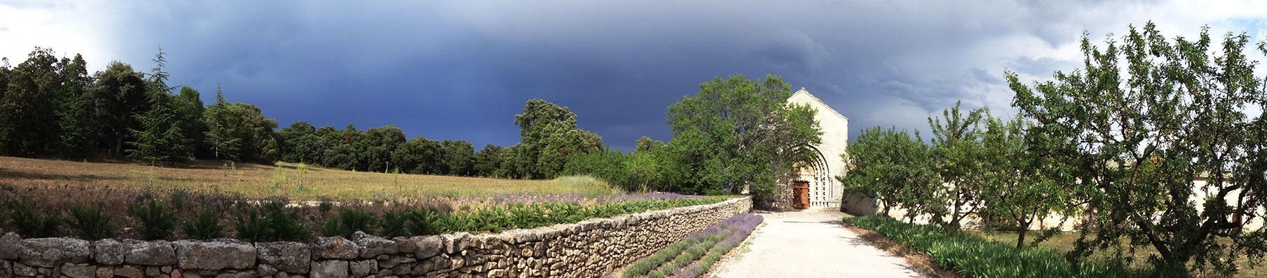 Vue par temps orageux, face au parvis de l'église...