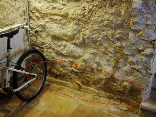 L'humidité du sous-sol s'élève dans les murs par ascension capillaire. Un phénomène de condensation intérieure peut aussi provoquer la « naissance » d'eau dans l'épaisseur des murs. Il peut être accentué par le différentiel chaud-froid