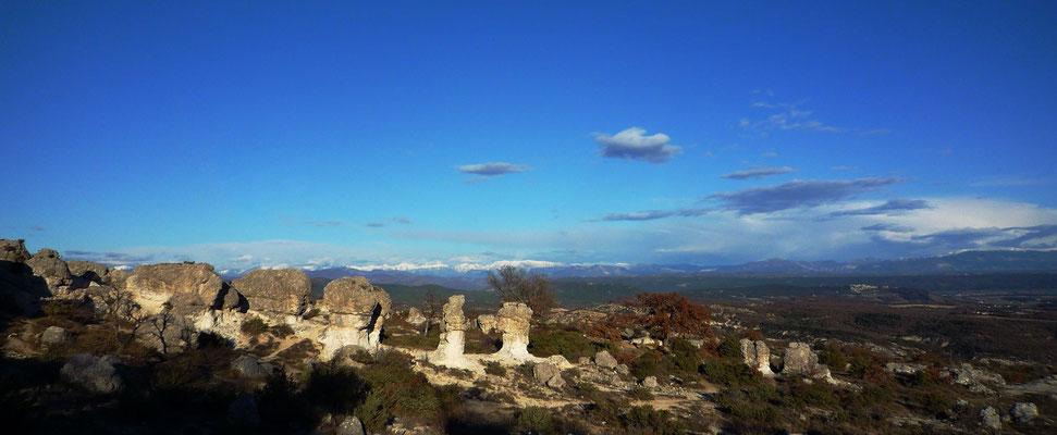 Le massif des Mourres  reste en France, une formation géologique unique. En s'y rendant, on peut contempler  un paysage de rochers calcaires à la base marneuse amincie par l'érosion qui s'étend sur une centaine de mètres.